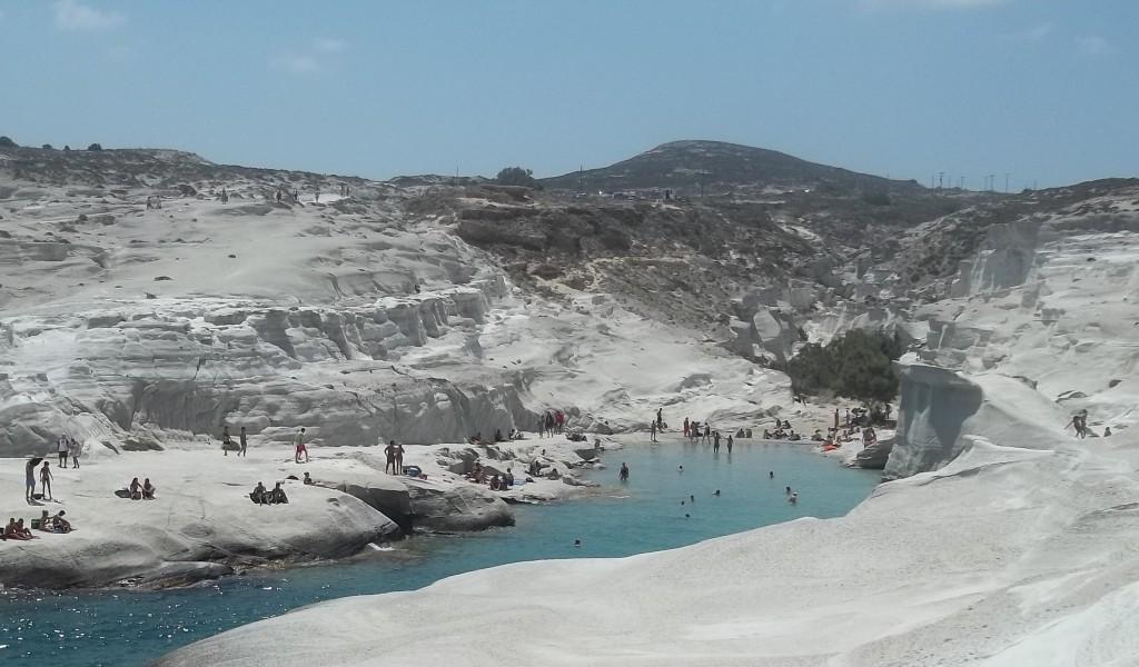 Playa de Sarakiniko, una de las mejores playas de la isla