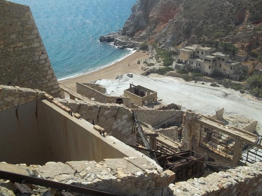 Vista de la playa desde lo alto de la fábrica, en la isla de Milos