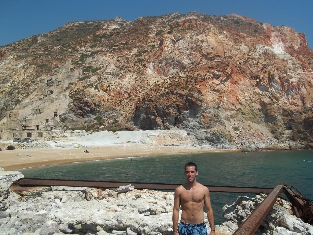 """La """"Sulfur MIne"""" se camufla con la montaña, en la costa este de Milos"""
