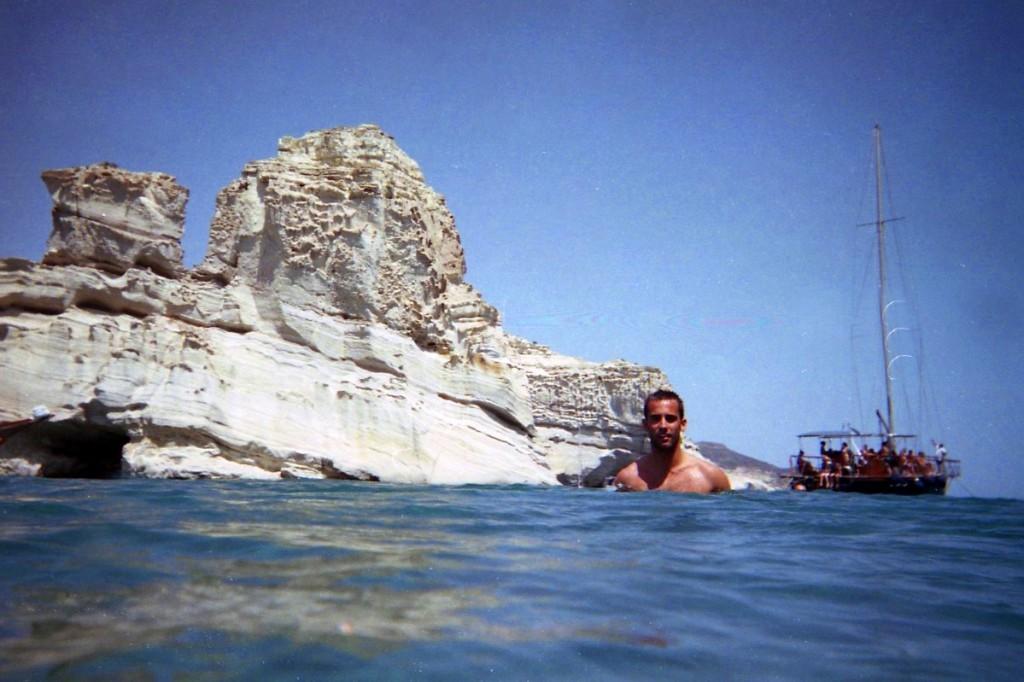 Nadando en Kléftiko, uno de los lugares turísticos en Milos