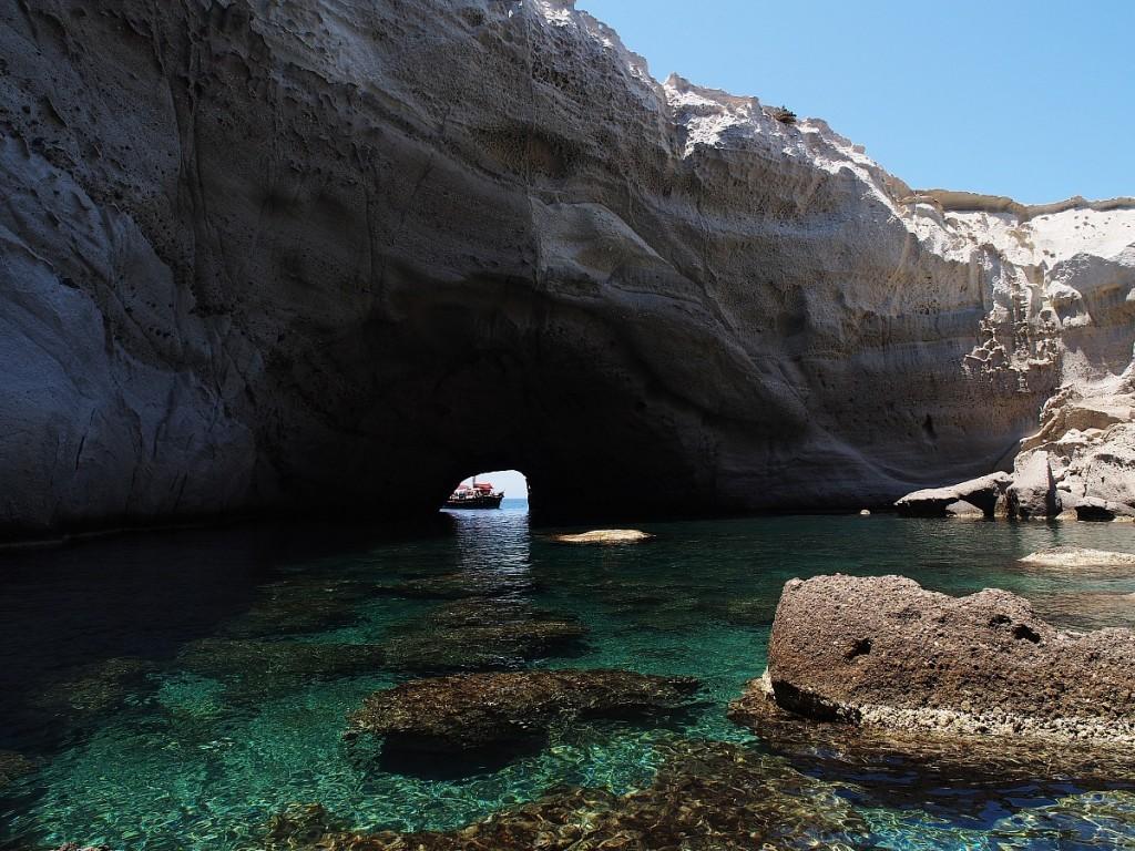 Uno de los baños más espectaculares, entrando a nado en la cueva a cielo abierto. Una de las mejores cosas que ver en Milos.