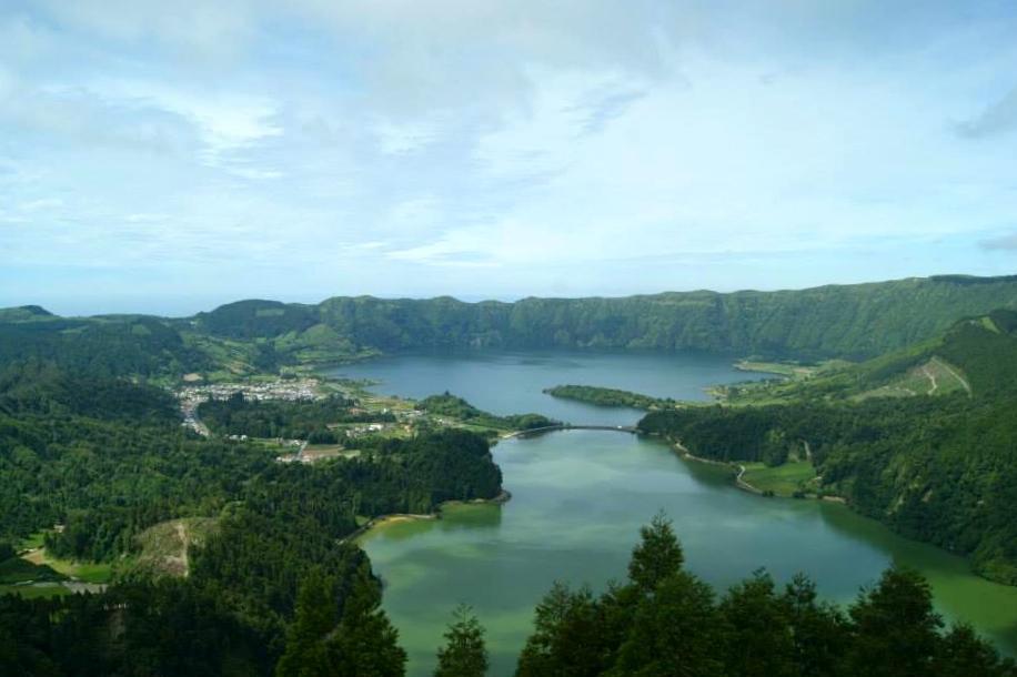 Vista de las Lagoas y Sete Cidades desde el Miradouro do Rey