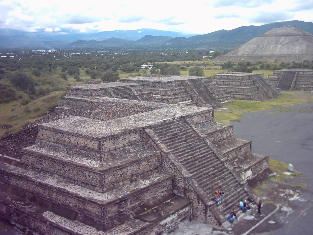 Vista hacia la izquierda desde la Pirámide de la Luna; al fondo, la Pirámide del Sol en Teotihuacán