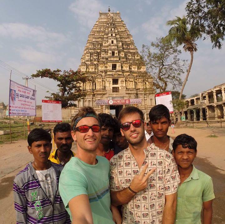 Aitor y Adrian en Hampi, de mochileros en India en el sur de India