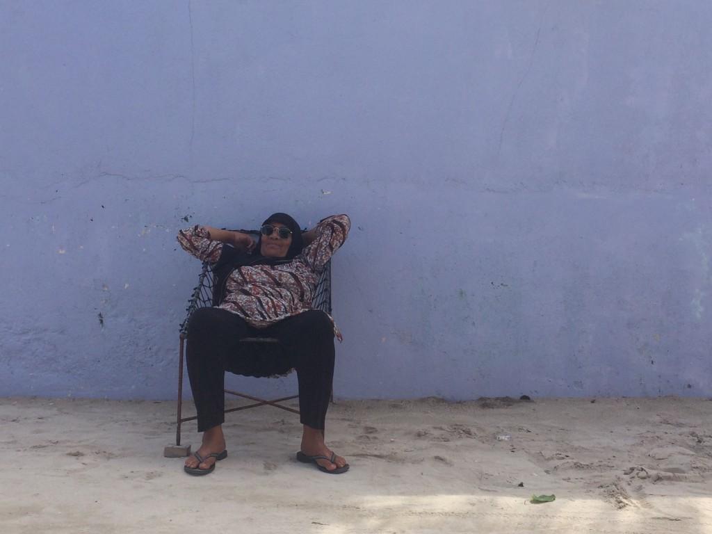 Mujer maldiva descansando en Thulusdhoo