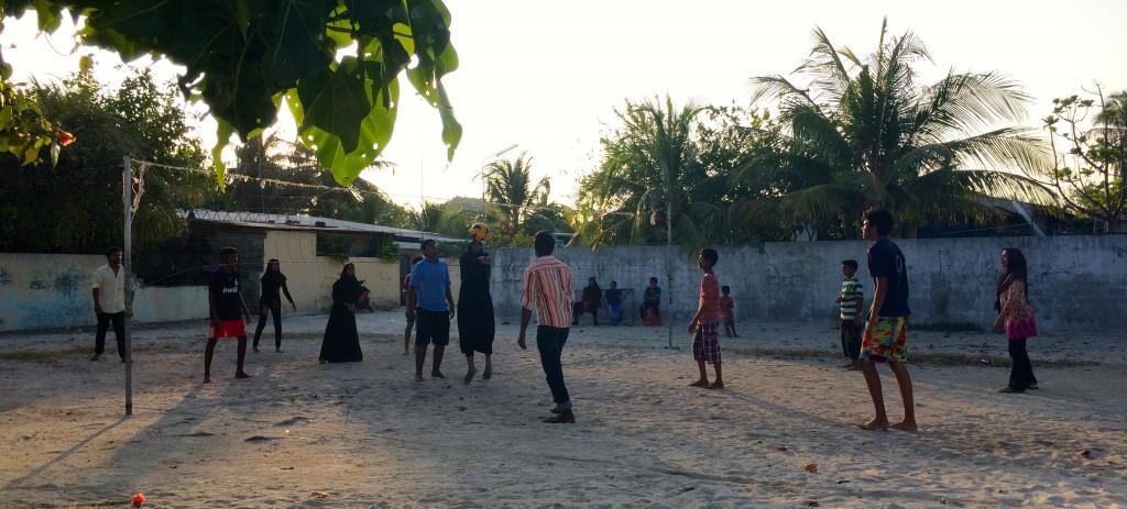 Jóvenes de Thulusdhoo jugando al Volley Ball