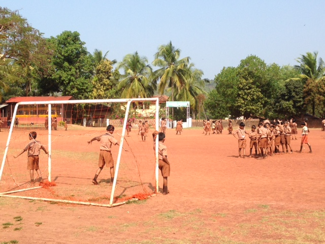 Niños jugando en el patio de un colegio de Goa. Viaje India Mochilero.