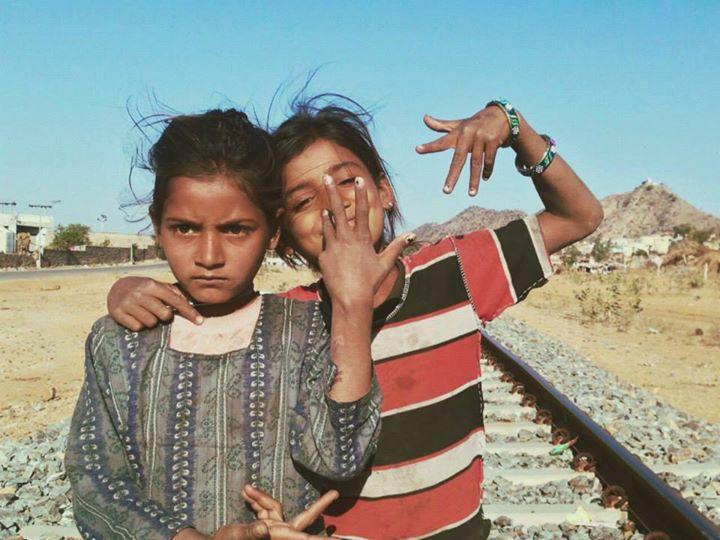 Niñas de étnia gitana en Pushkar, en el norte de India. Pudimos conocerlas al viajar a India de mochilero