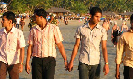 Hombres agarrados de la mano en India