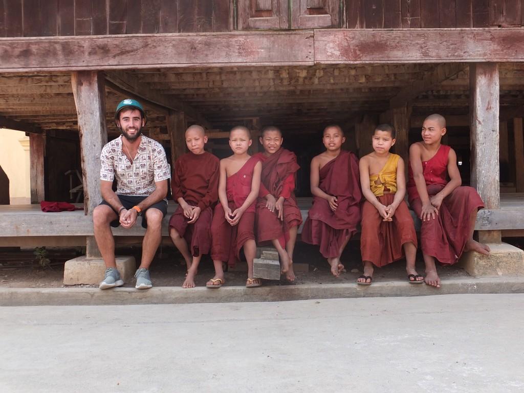 Monjes budistas niños en Myanmar