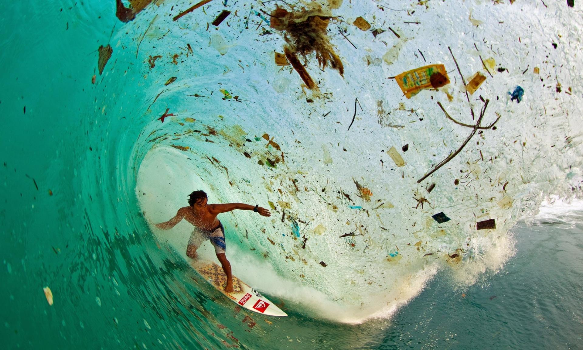 Dede Surinaya cogiendo una ola en una remota bahía de Java (Foto de Zak Noyle)