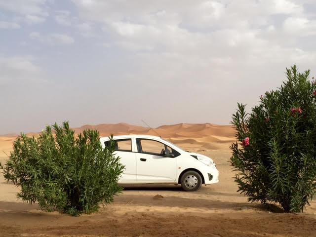 Coche de alquiler para viajar por Marruecos en las dunas de Merzouga