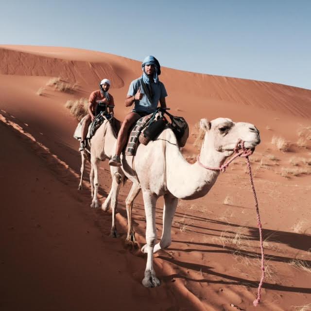 Aitor y Borja en la ruta en camello por el desierto de Merzouga (Marruecos)