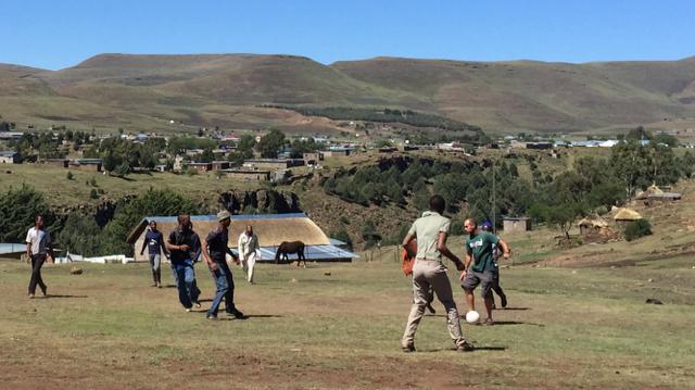 Jugando a fútbol en Semonkong (Lesoto)