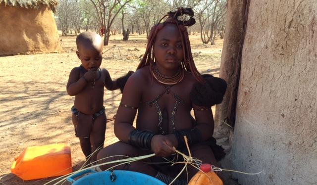 Mujer Himba junto con su hijo en la aldea Himba de Otjikandero (Namibia)