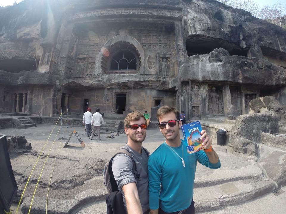 Aitor y Adrian en las cuevas de Ajanta con la Lonely Planet, la guía para viajar a India de Mochilero