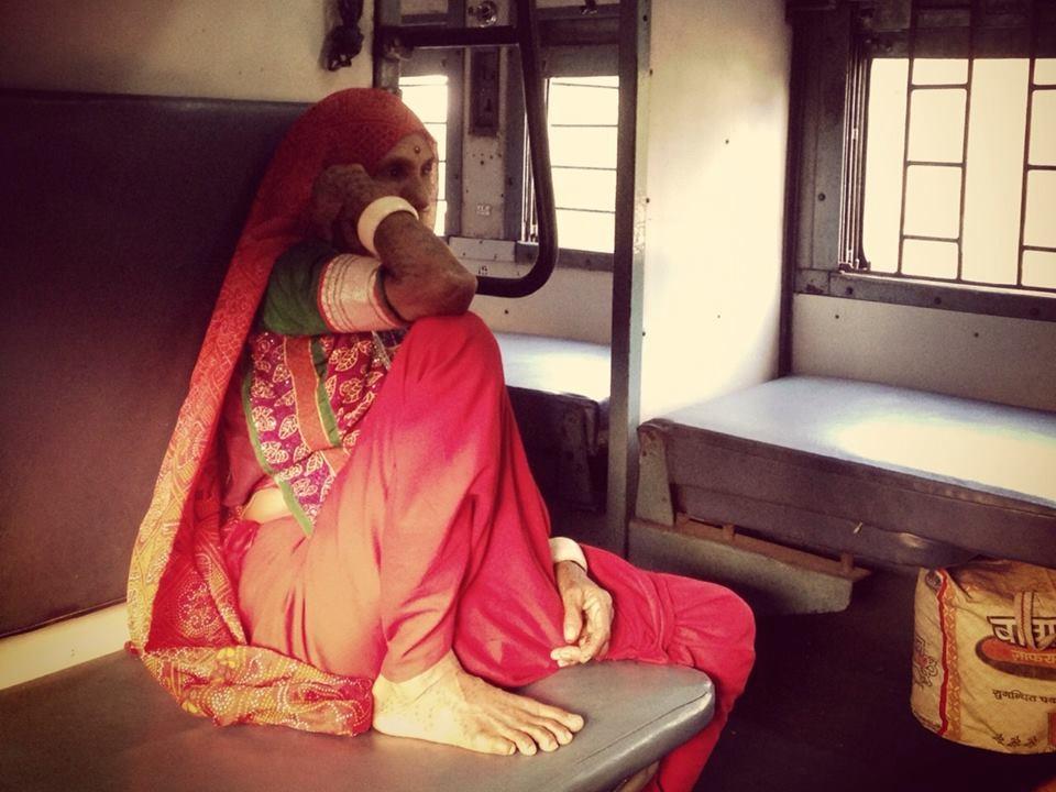 Mujer india del estado de Gujarat con su traje típico de viaje en tren por India