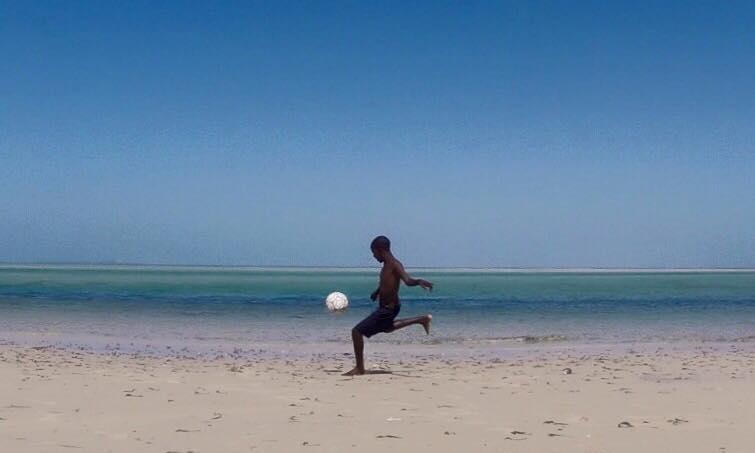 Niño Juega Fútbol Vilanculos