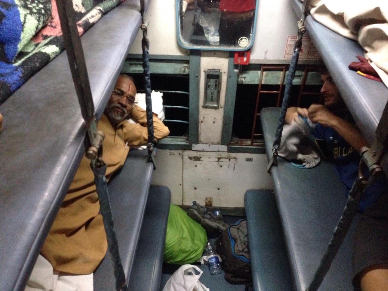 Viajar en tren por India es toda una experiencia; así se viaja en el sleeper class de noche