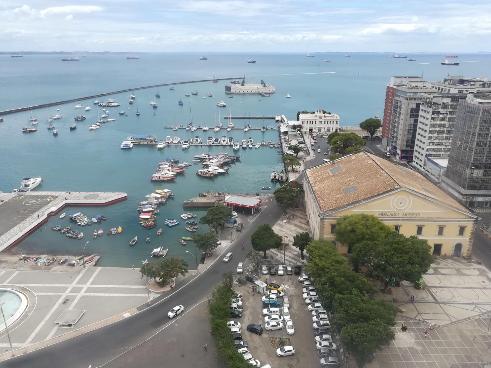 Vista del Fuerte de São Marcelo y el Mercado Modelo desde el Elevador Lacerda