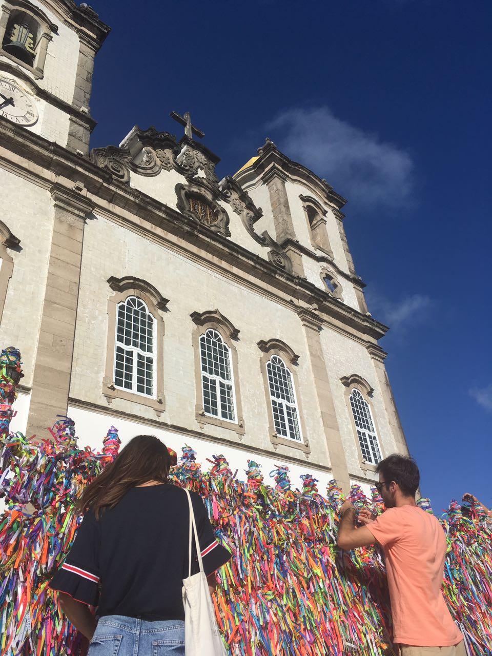 Lazos de Bonfim la entrada de la iglesia de Bonfim, una de las mejores cosas que ver en Salvador de Bahia