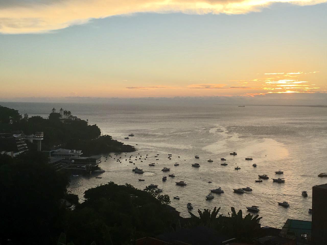 Atardecer en Salvador de Bahía desde la terraza del Restaurante Egeu, una de las mejores cosas que hacer en Salvador de Bahia