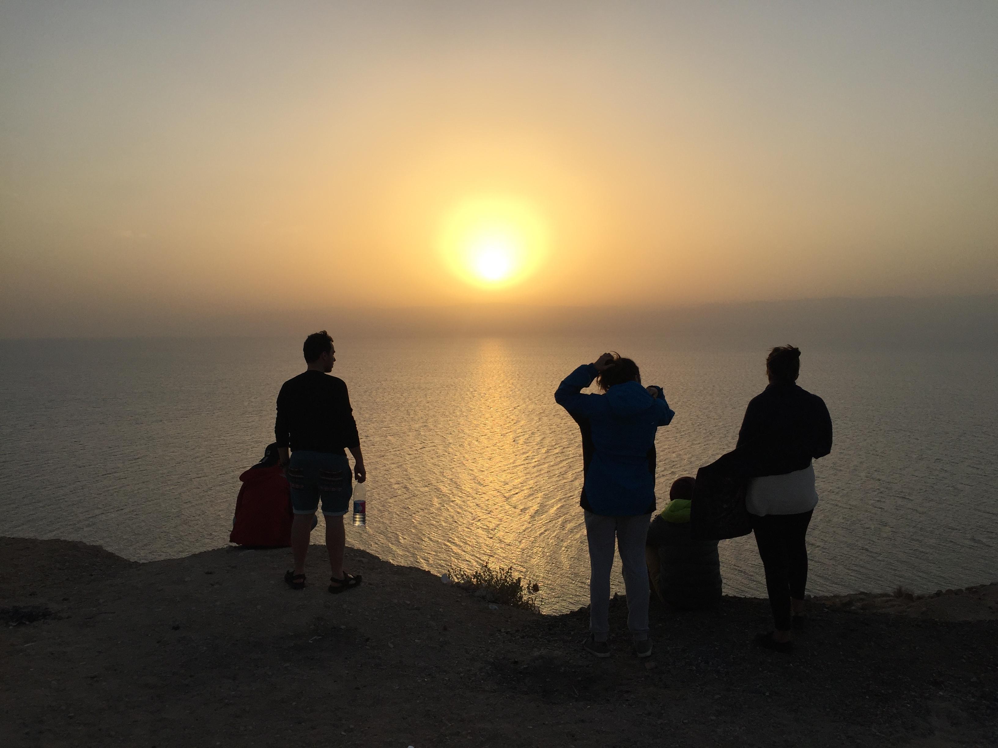 Dónde bañarse en el Mar Muerto gratis. Atardecer en el Mar Muerto (Jordania), de frente Israel