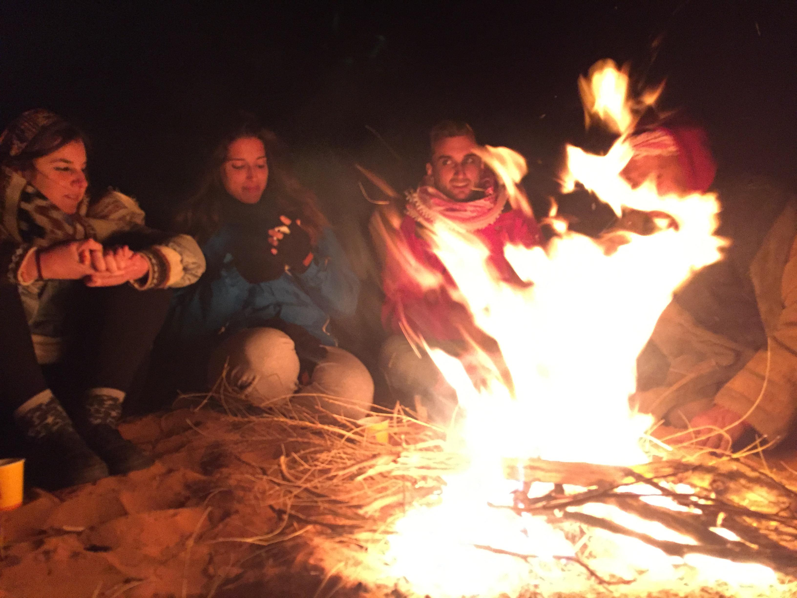 Disfrutando de la velada alrededor del fuego en Wadi Rum (Jordania)