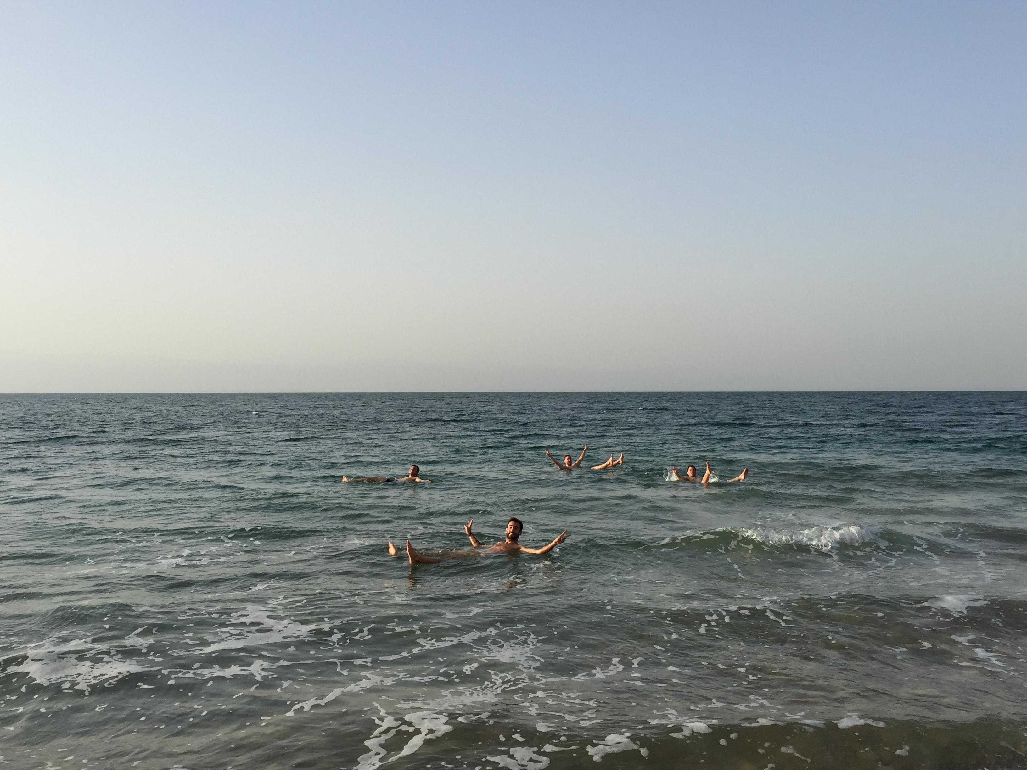 Dónde bañarse en el Mar Muerto gratis. Flotando en el Mar Muerto