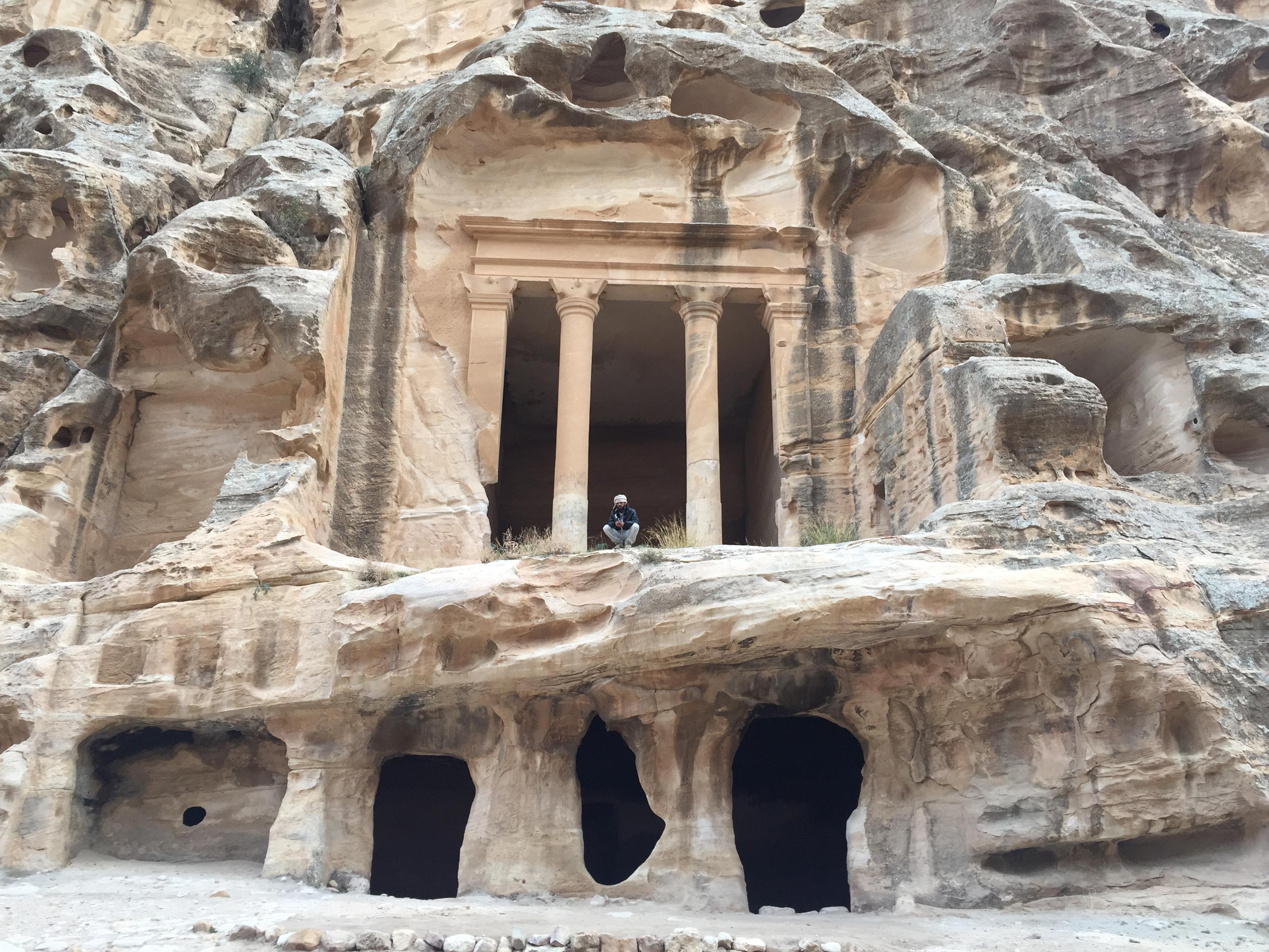 Una persona de etnia gitana tocando la flauta en Little Petra.