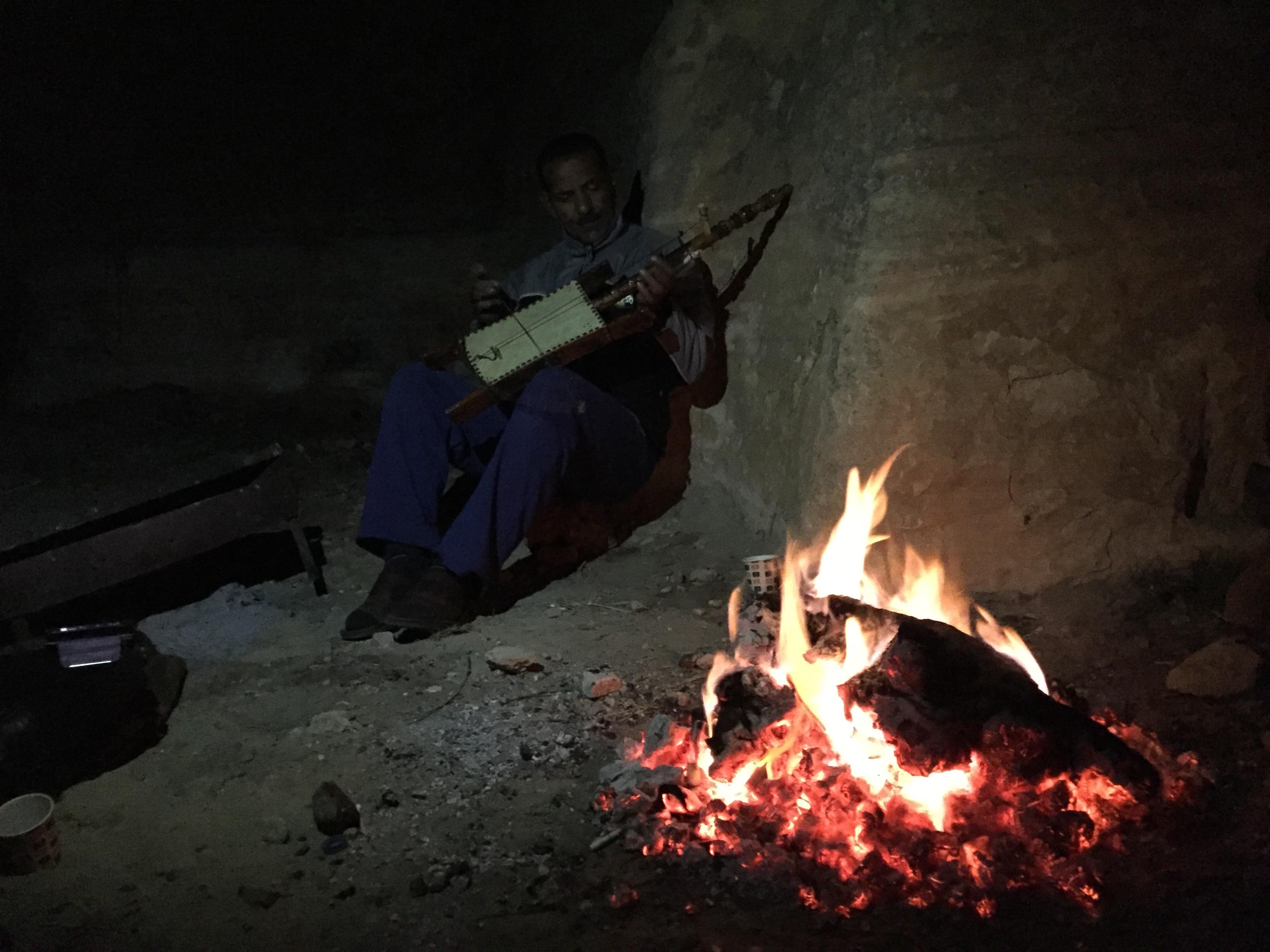 Escuchando a un músico tocar el rebab en una cueva de Petra; ventajas de visitar Petra de mochilero