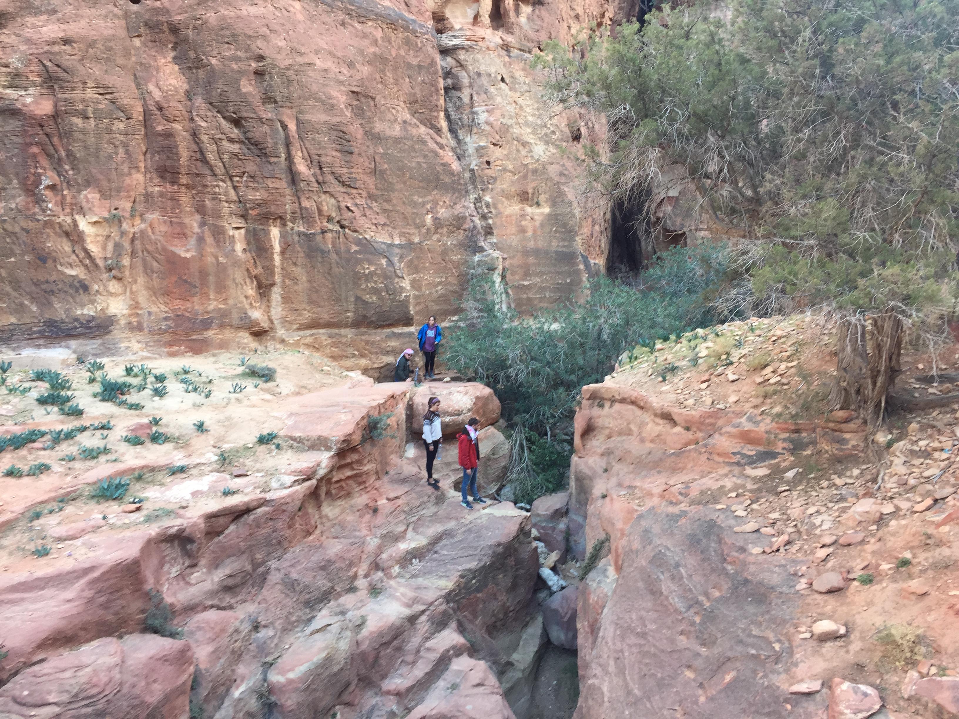 Petra de mochileroEl sendero que lleva a ver el tesoro de Petra desde arriba; visitando Petra al estilo mochilero