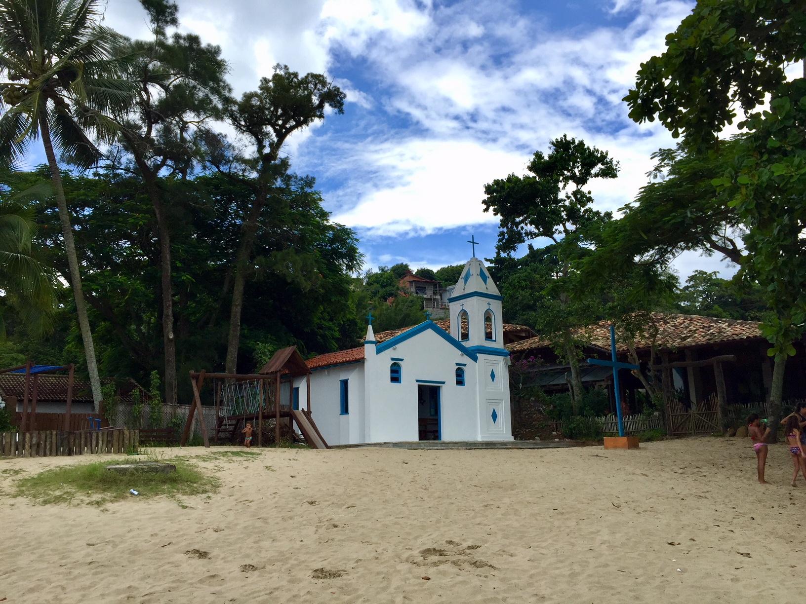 Qué ver en Ilhabela: Iglesia a pie de playa