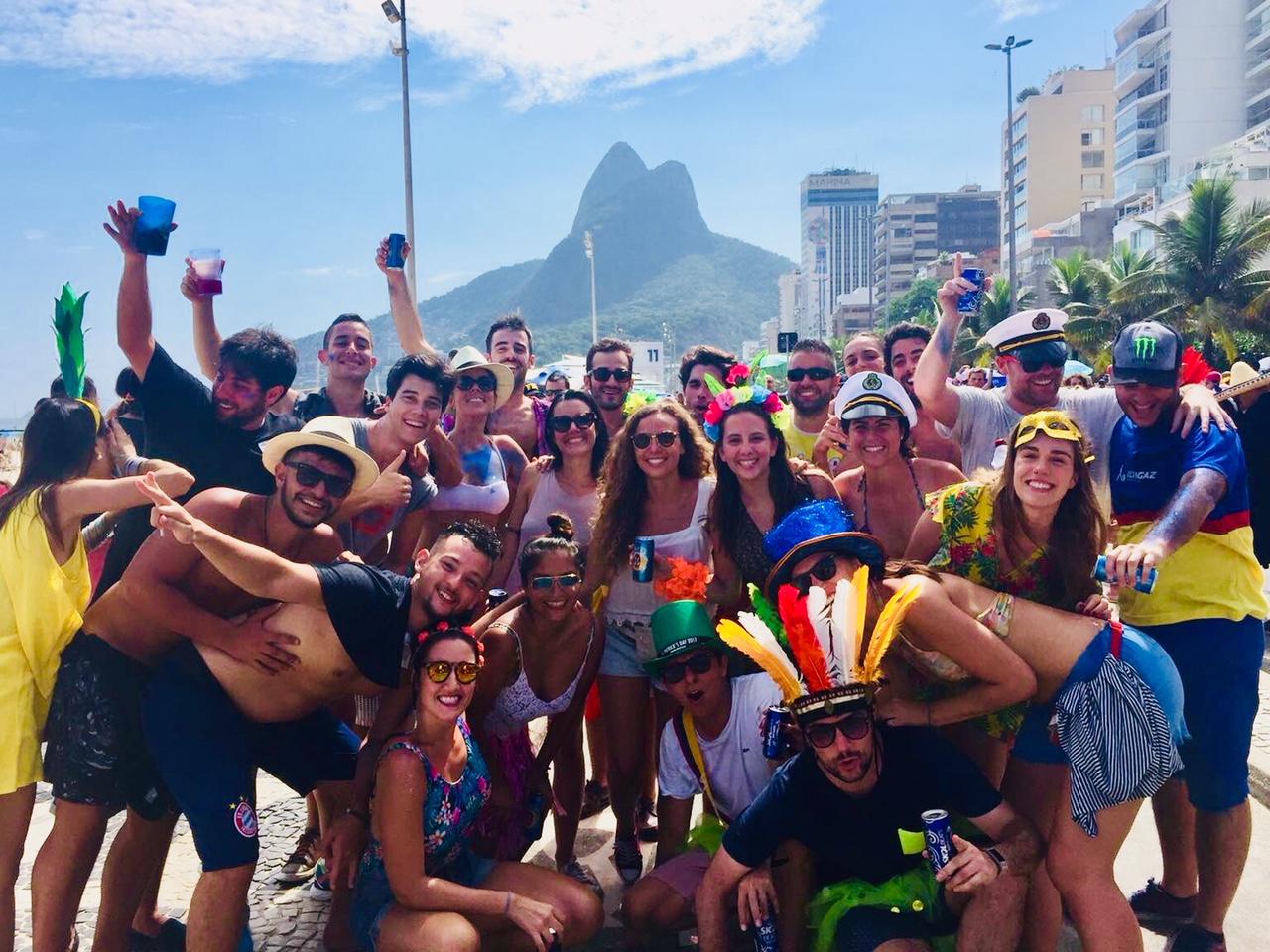 De fiesta en un Bloco de carnaval en Rio de Janeiro, una de las mejores cosas que hacer en Rio de Janeiro