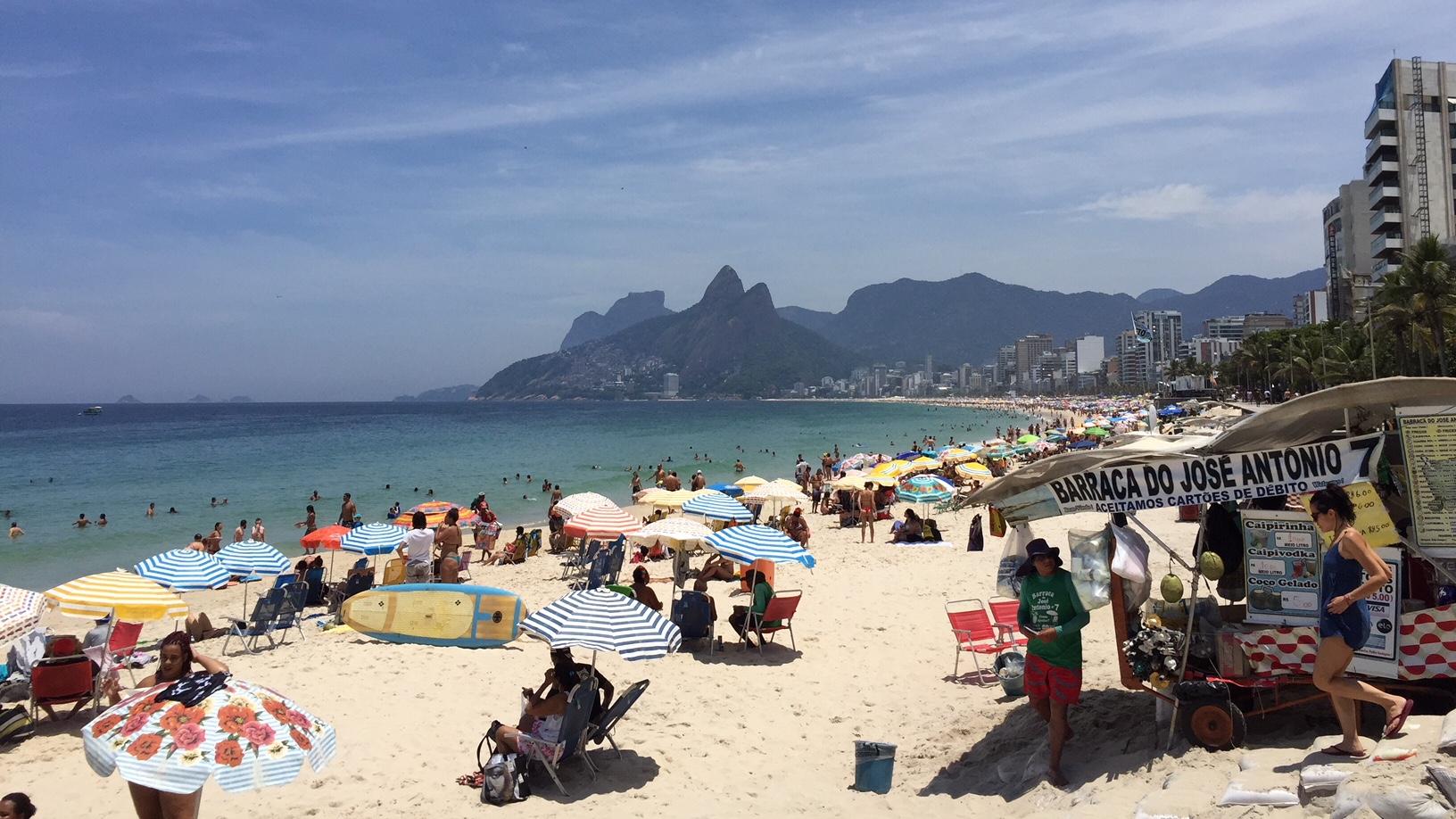 Playa de Ipanema con el morro de Dos Hermanos al fondo, una de las mejores cosas que ver y que hacer en Rio de Janeiro
