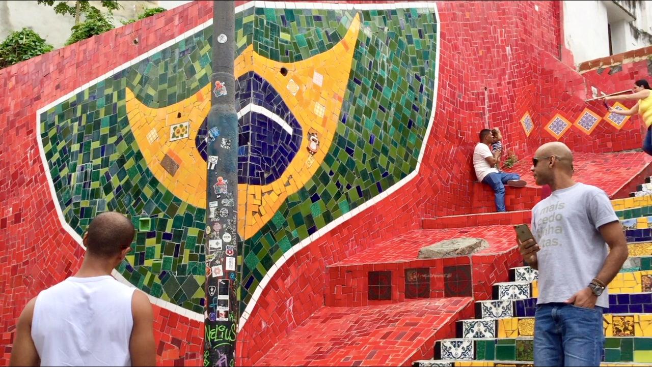 Mosaico de la bandera brasileña en las escaleras de Selarón, una de las mejores cosas que ver y que hacer en Rio de Janeiro