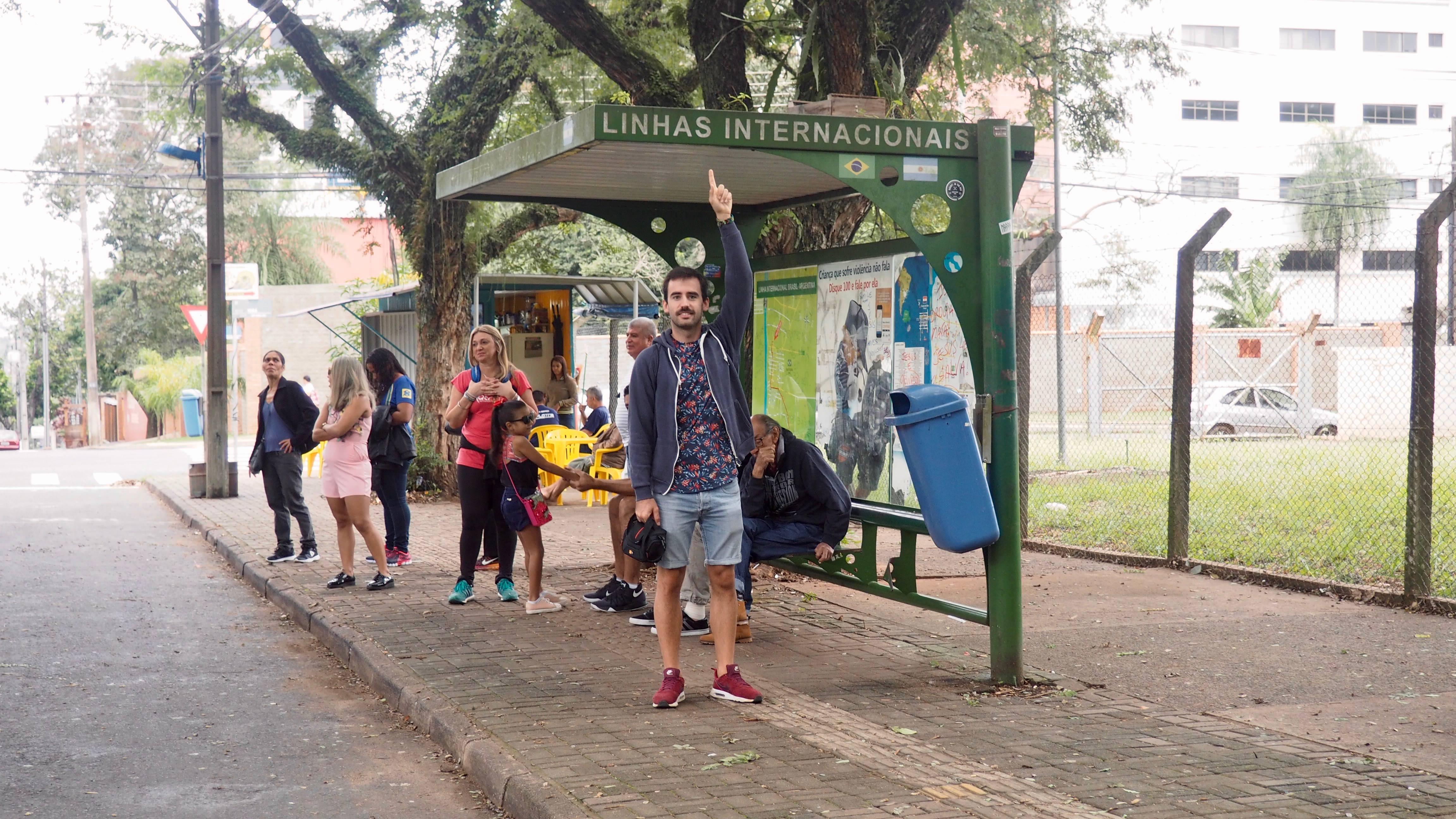 Cómo llegar a las Cataratas del Iguazú. Parada del bus que cruza a Argentina. En Foz de Iguazú, Brasil.