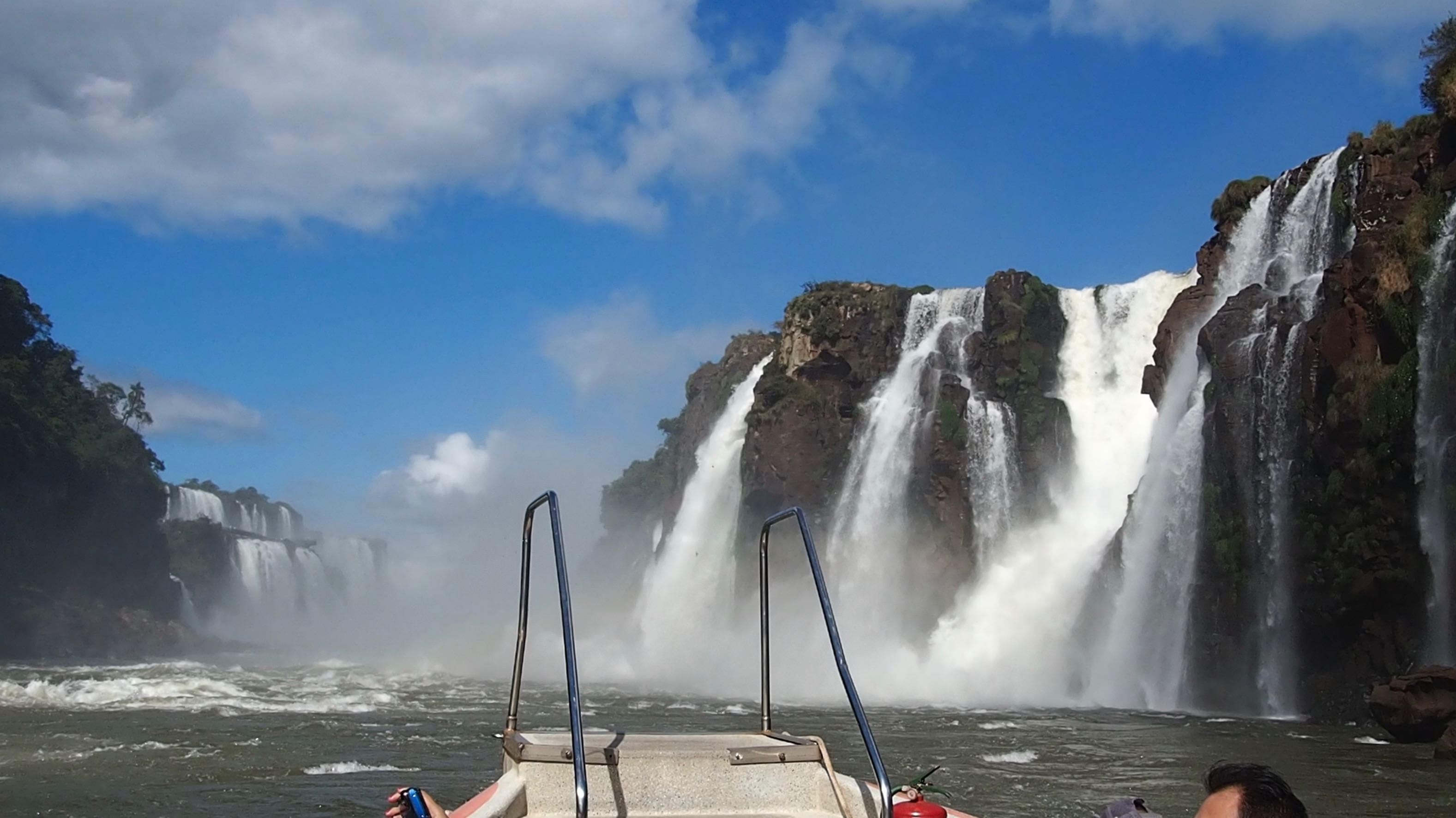 Visitar las Cataratas del Iguazú, la lancha se metió debajo de esas cascadas
