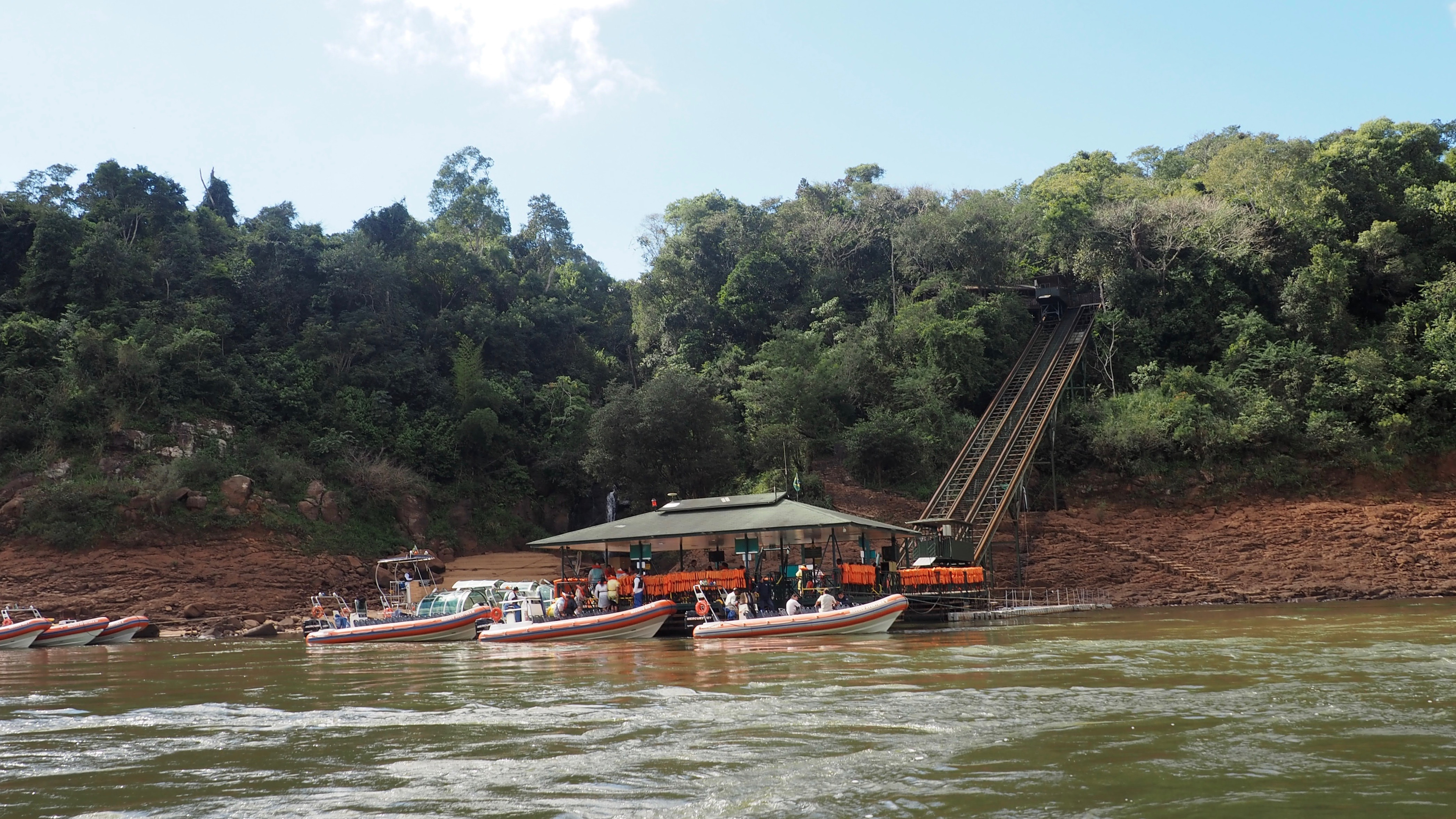 Lanchas para meterse debajo de las Cataratas; una de las actividades que hacer en las Cataratas del Iguazú