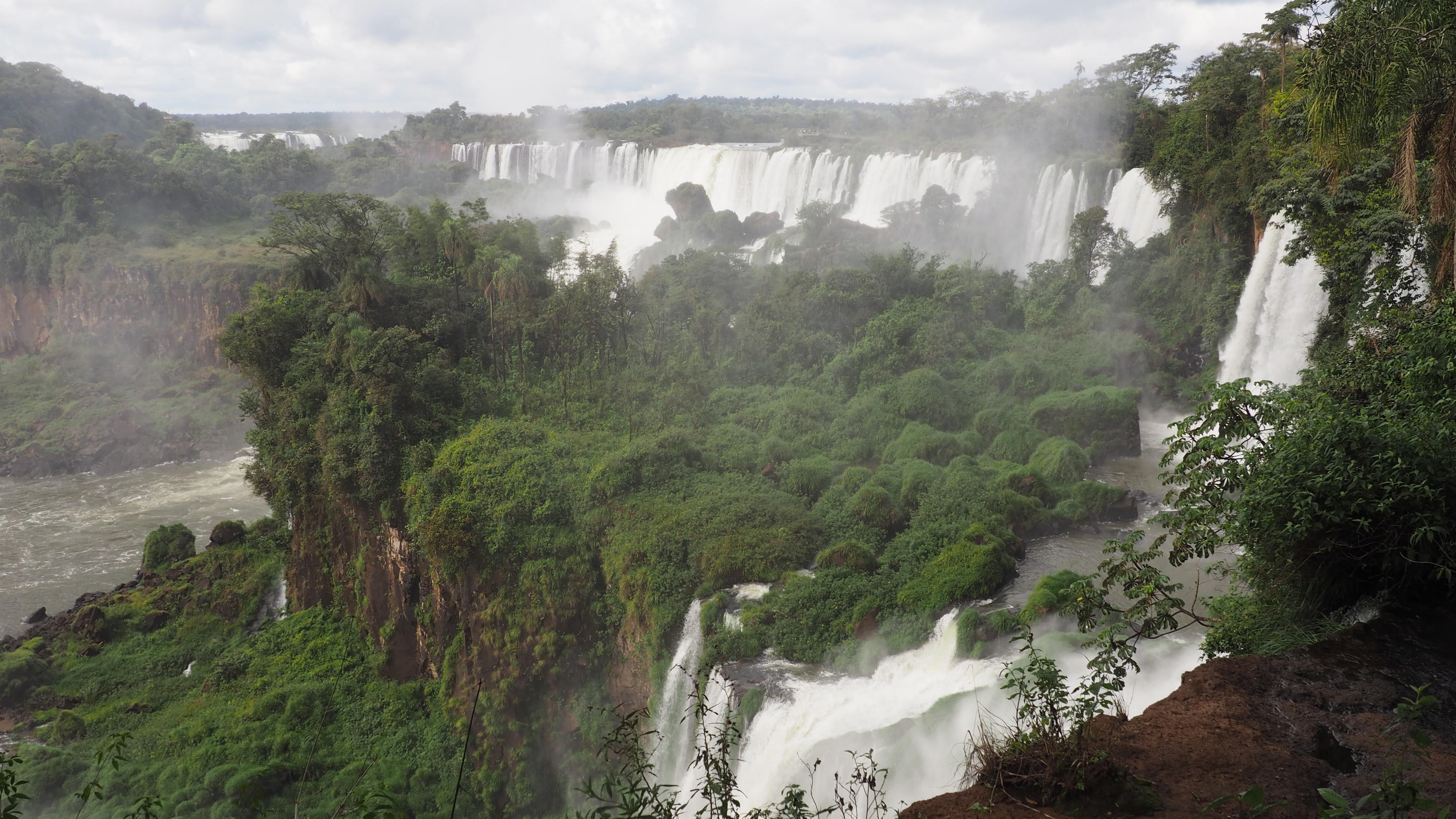 El lado argentino de las Cataratas visto desde Argentina. Época ideal para viajar a Cataratas del Iguazú.