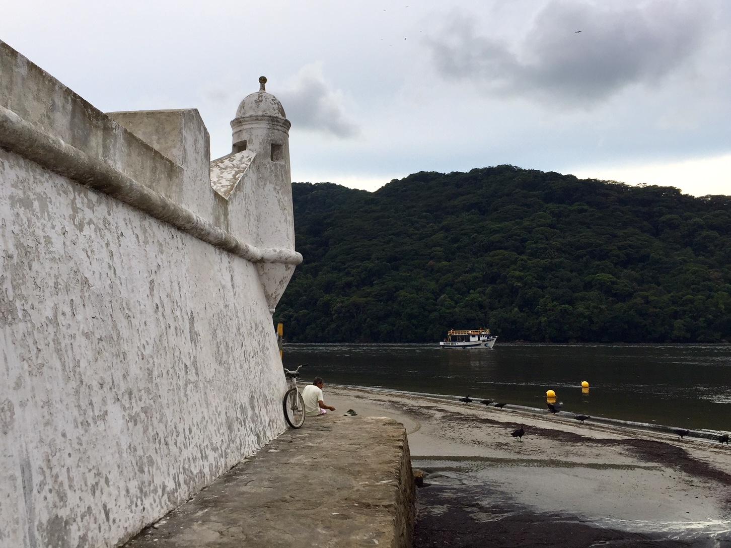 Ermita de Santo Antonio de Guaibe desde el fuerte Sao Joao de Bertioga