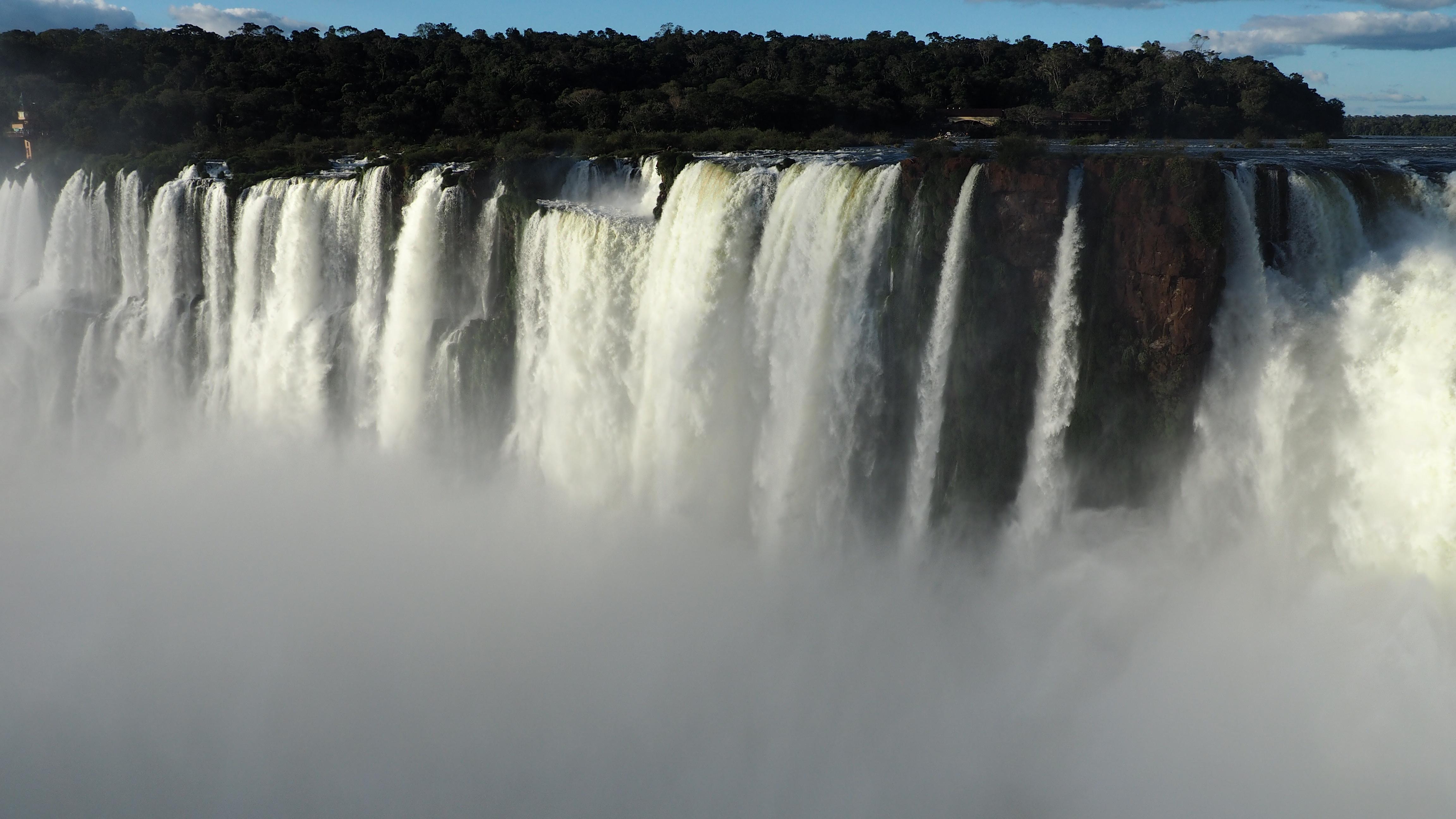 Vista del lado brasileño de la Garganta del Diablo, desde Argentina. Mes ideal para ir a Cataratas del Iguazú