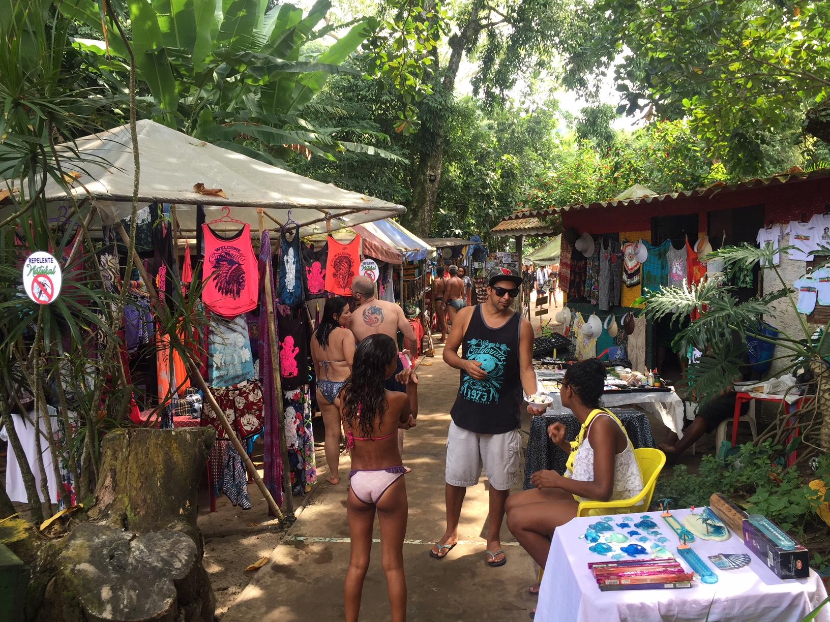 Mercado hippie en Playa Blanca (Guarujá, estado de São Paulo)