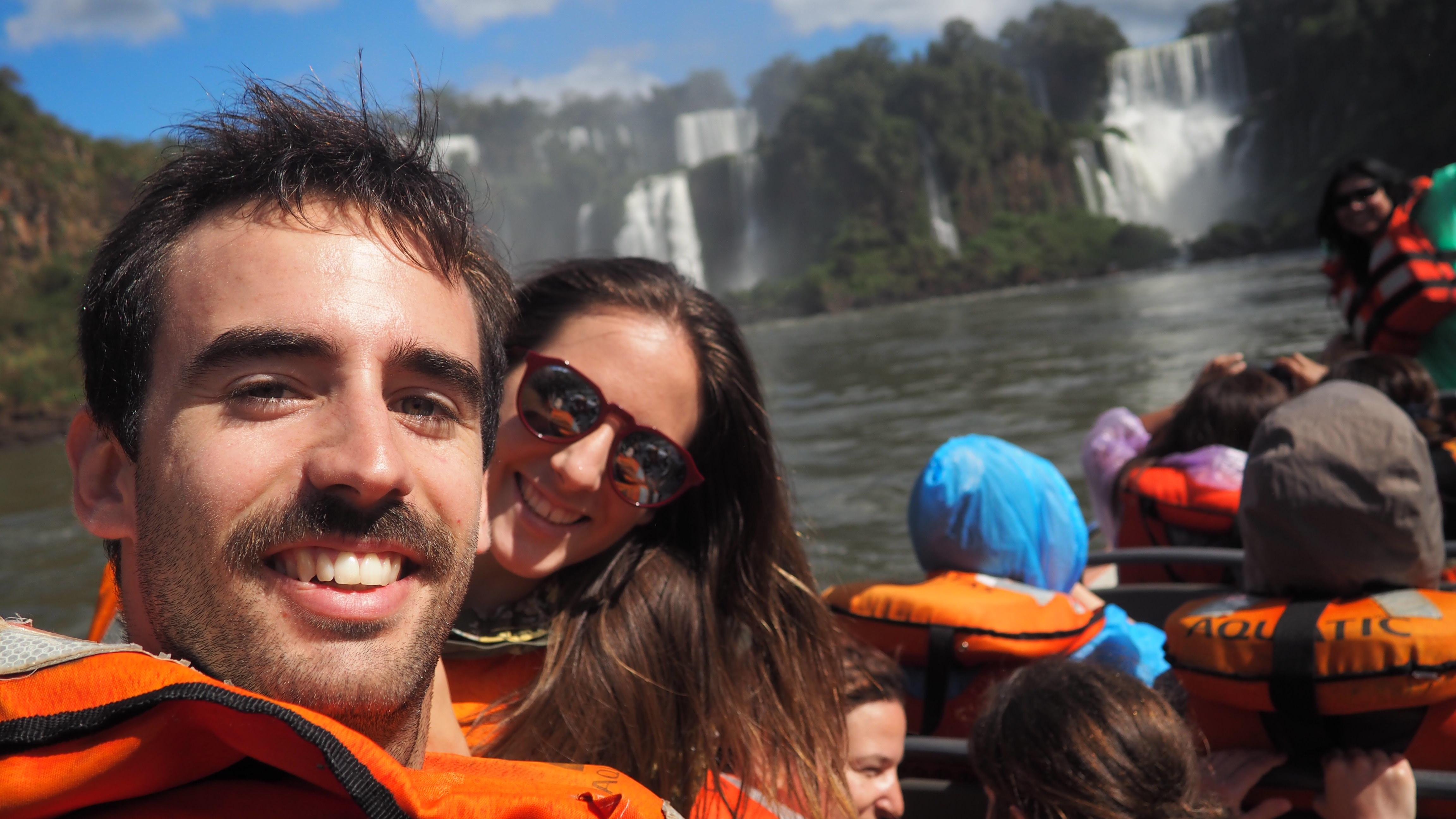 Acercándonos en lancha al lado argentino de las Cataratas