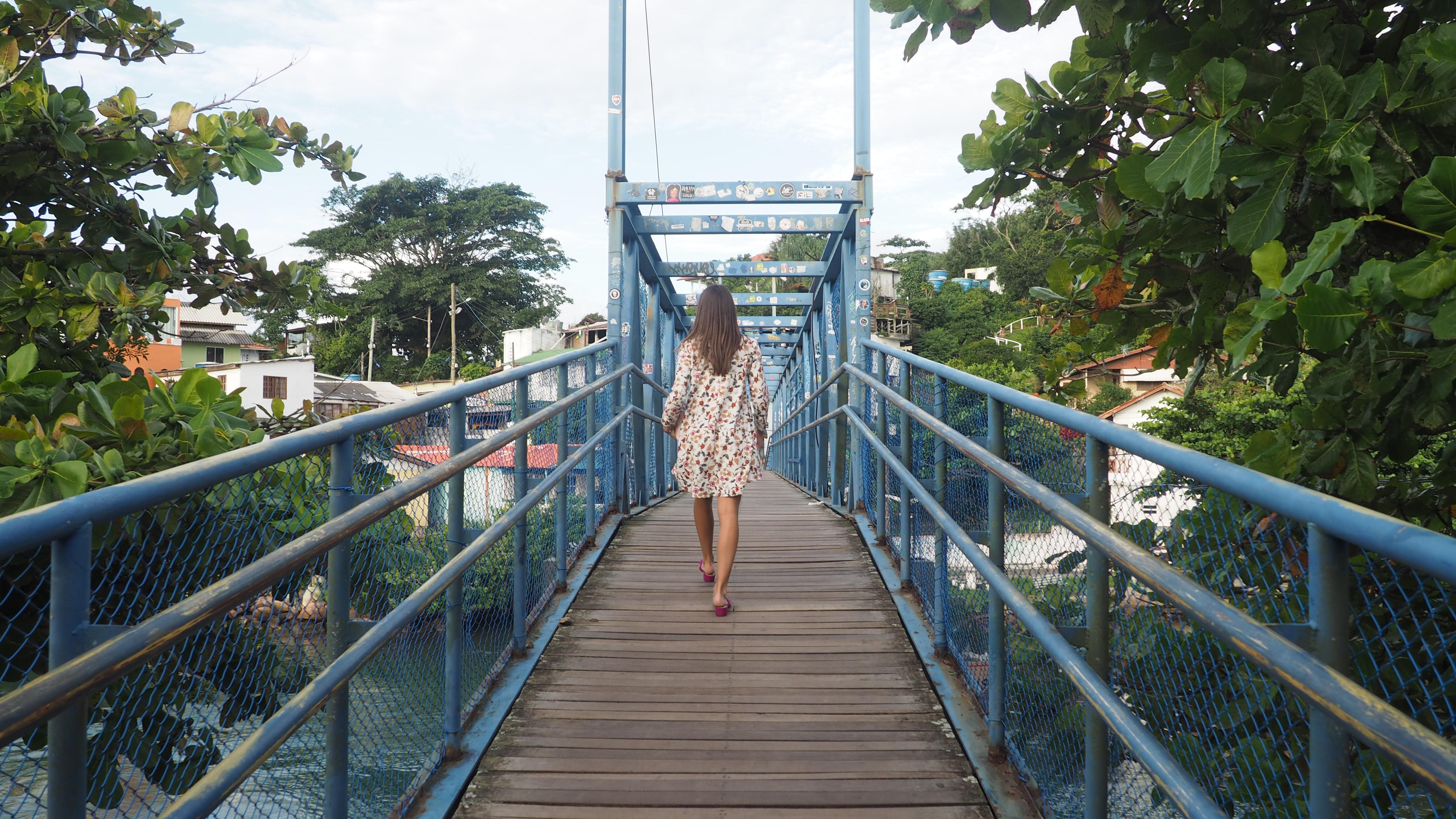 Puente sobre el río que divide en dos Barra da Lagoa y desemboca el agua de la Lagoa da Barra en el mar