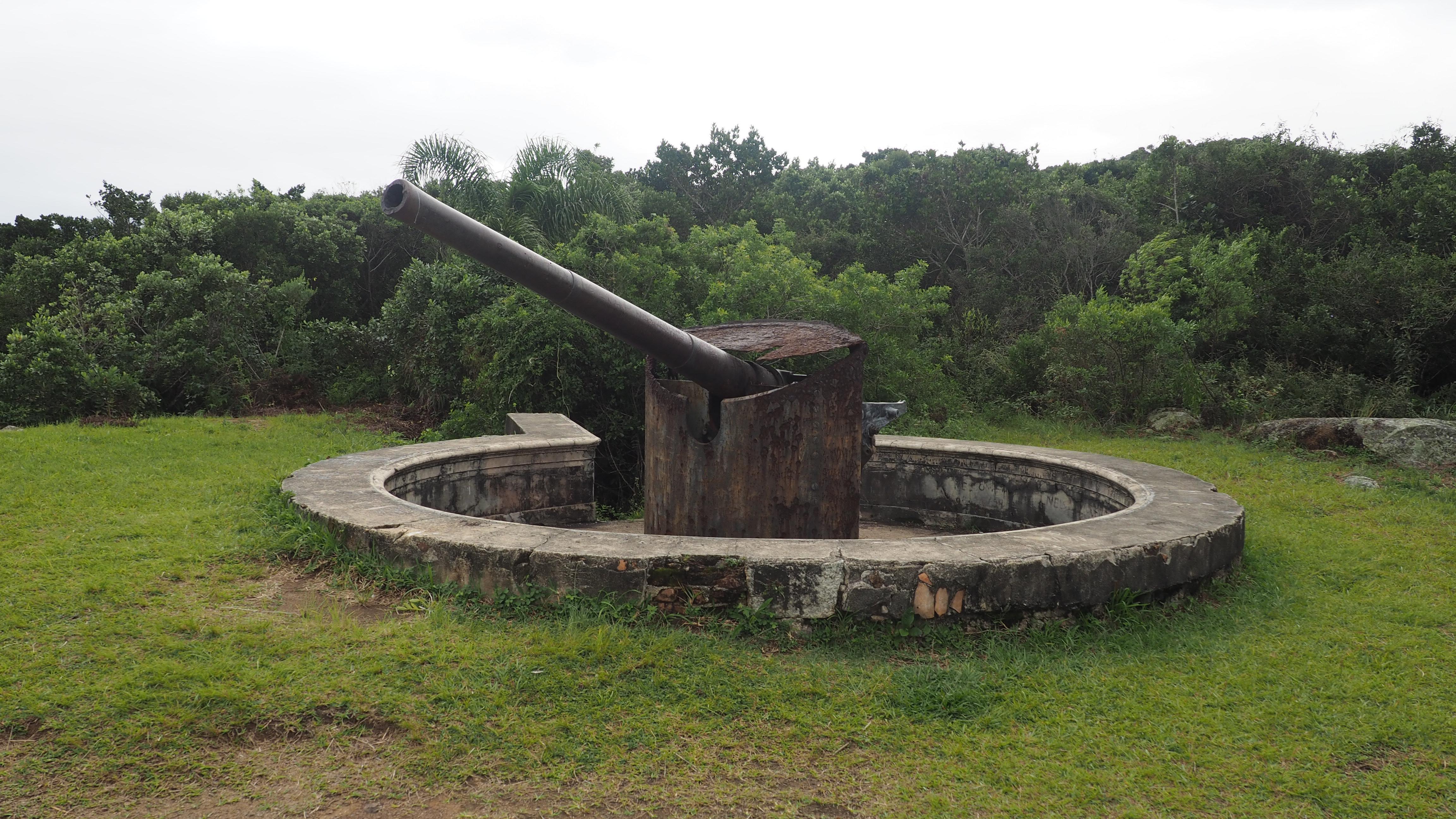 Cañones de la Playa de los Náufragos, los 3 cañones están conectados con un búnker mediante una trinchera. Es una de las cosas que ver en la Playa de los Náufragos.