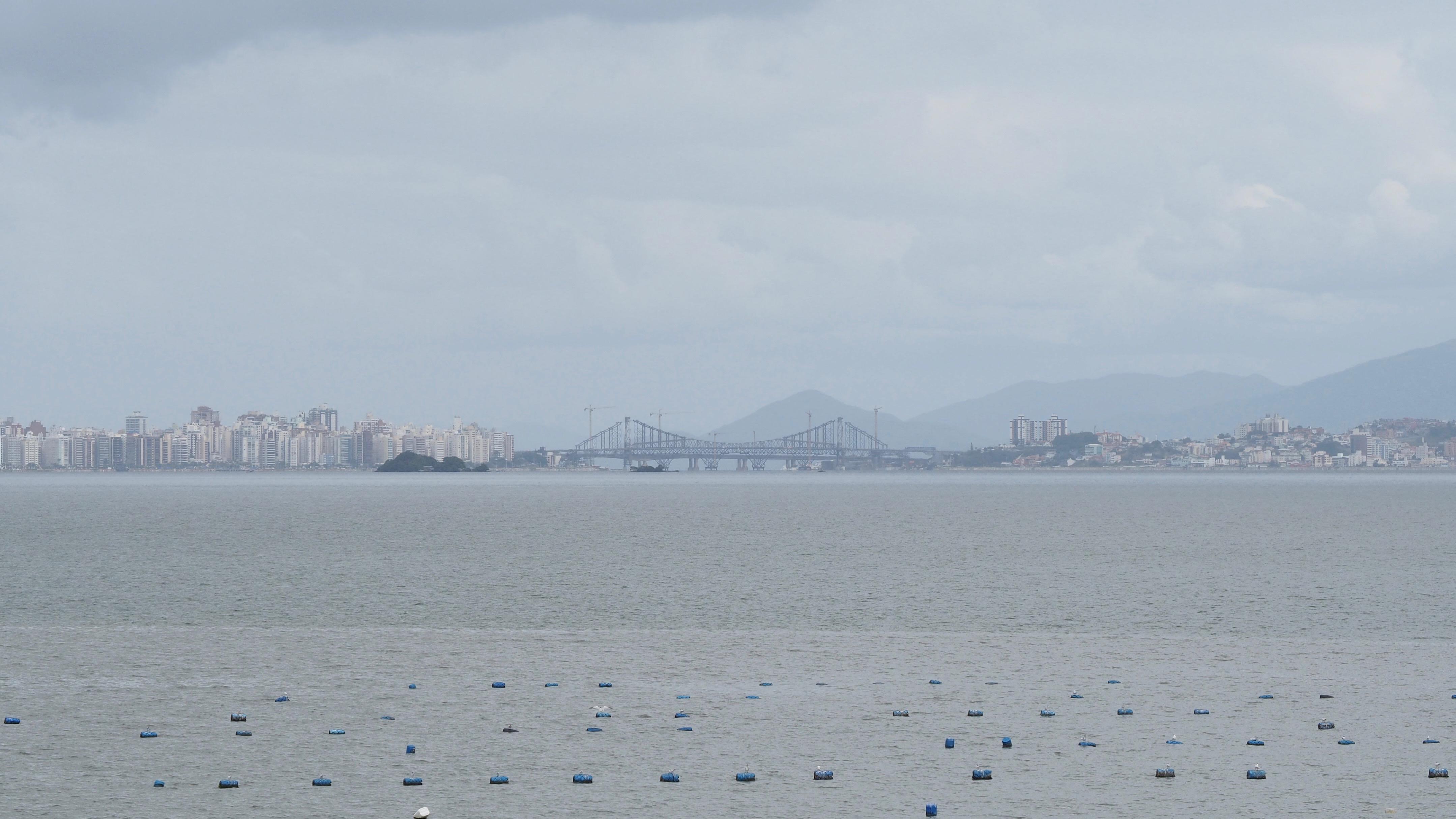 El puente de Florianópolis visto desde Santo Antonio de Lisboa