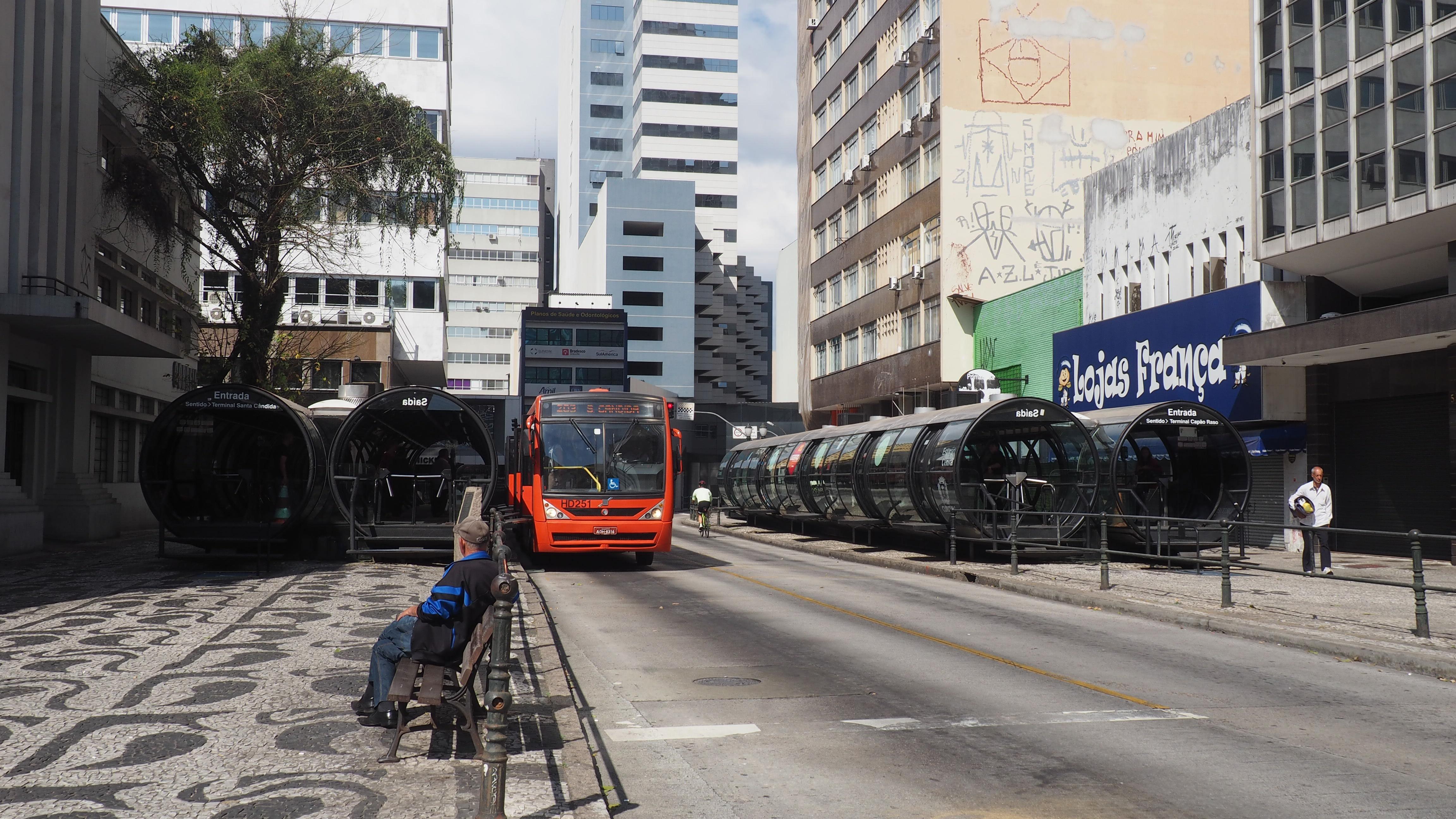 Las modernas paradas de autobús de Curitiba