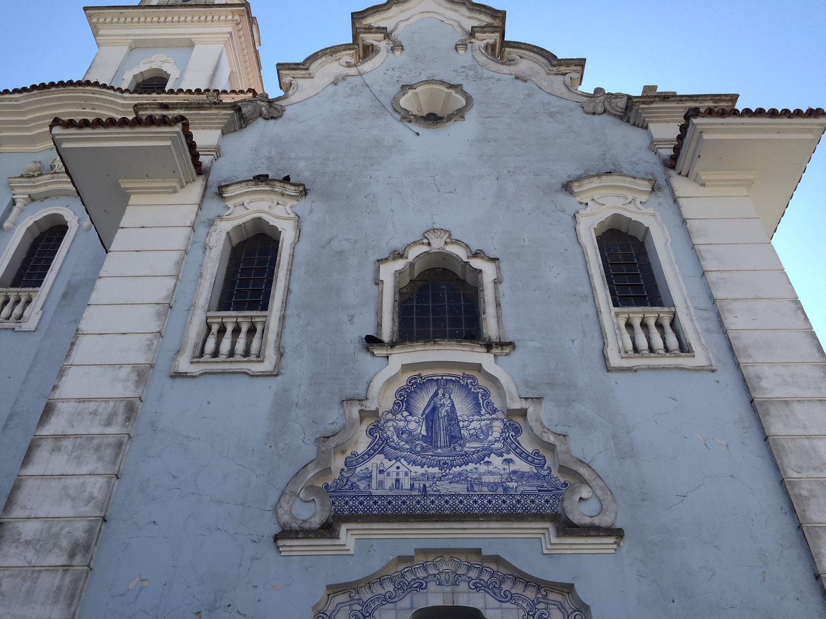 Iglesia de estilo colonial en la Plaza Garibaldi de Curitiba
