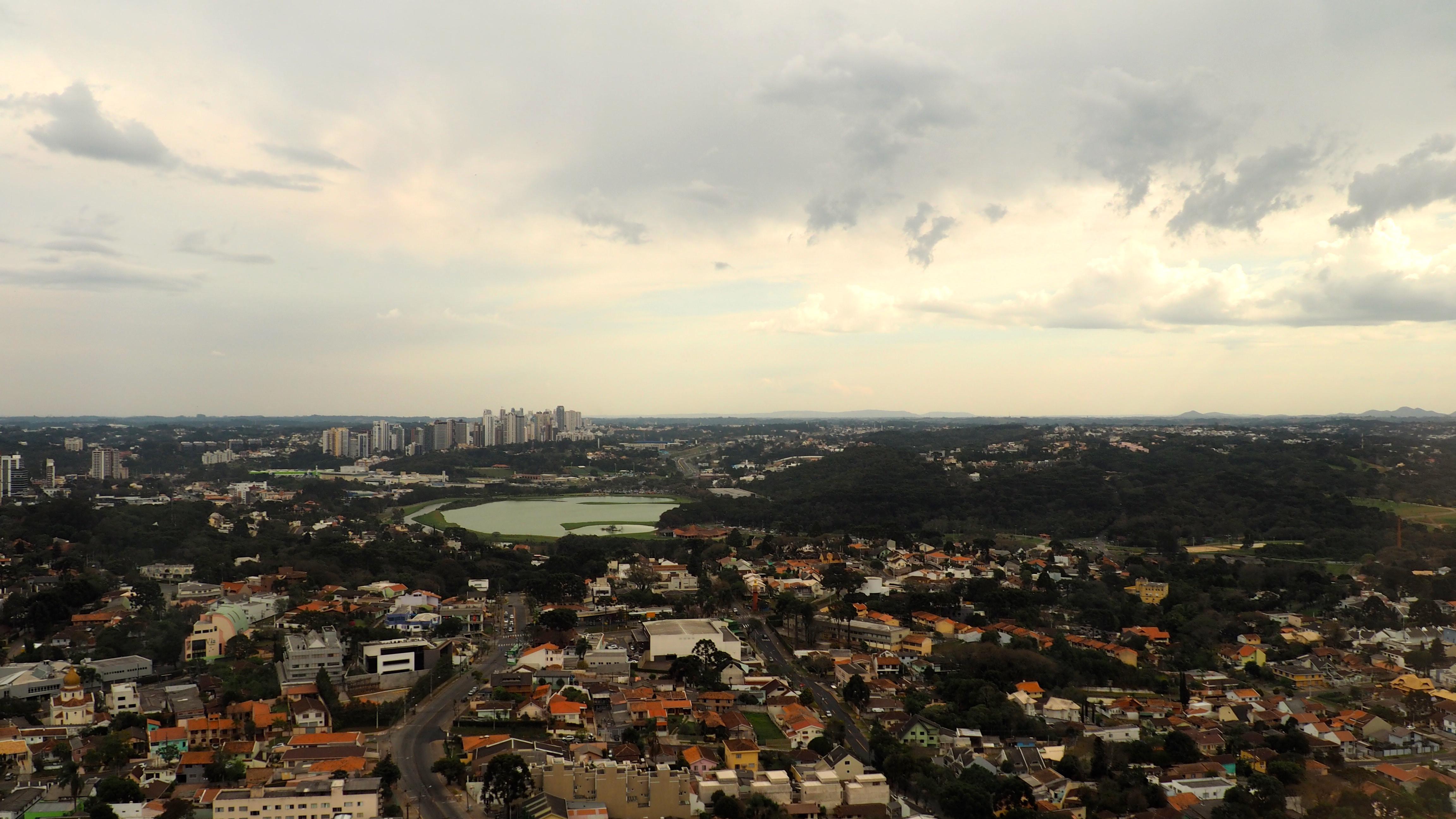 Vista panorámica de Curitiba desde la Torre Oi; una de las cosas que ver en Curitiba